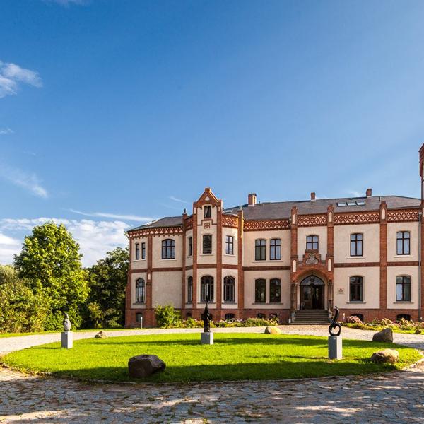 Auffahrt Neogotik Schloss Gutshaus Mecklenburg Vorpommern